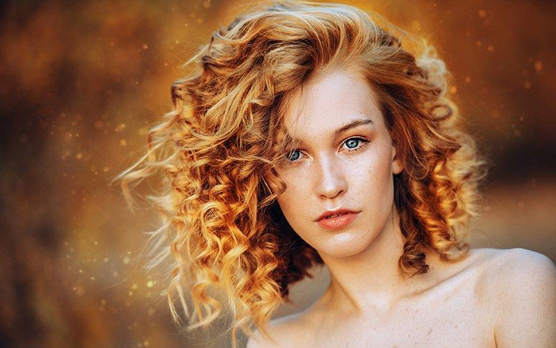 Diluer un gel de bouclage dans l'eau et vaporiser votre mélange sur vos cheveux bouclés.