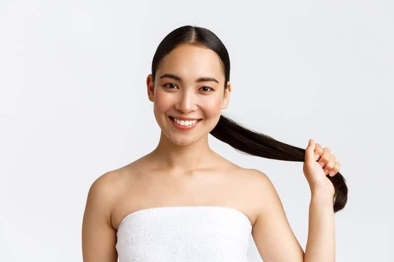 Des cheveux nettoyés et plus naturels une fois le passage du shampoing clarifiant