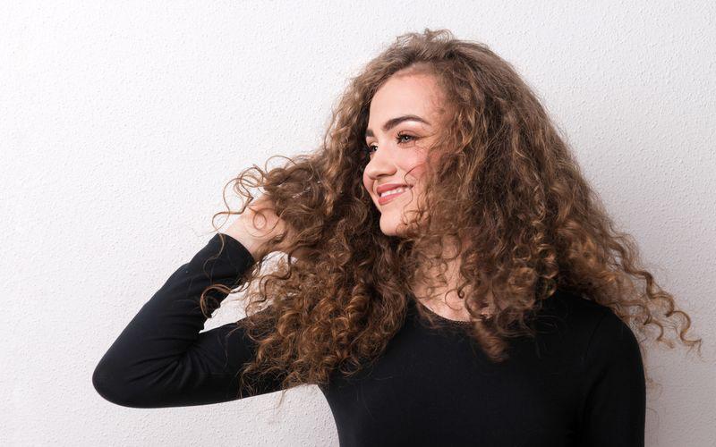 Comment hydrater vos cheveux bouclés en 3 étapes