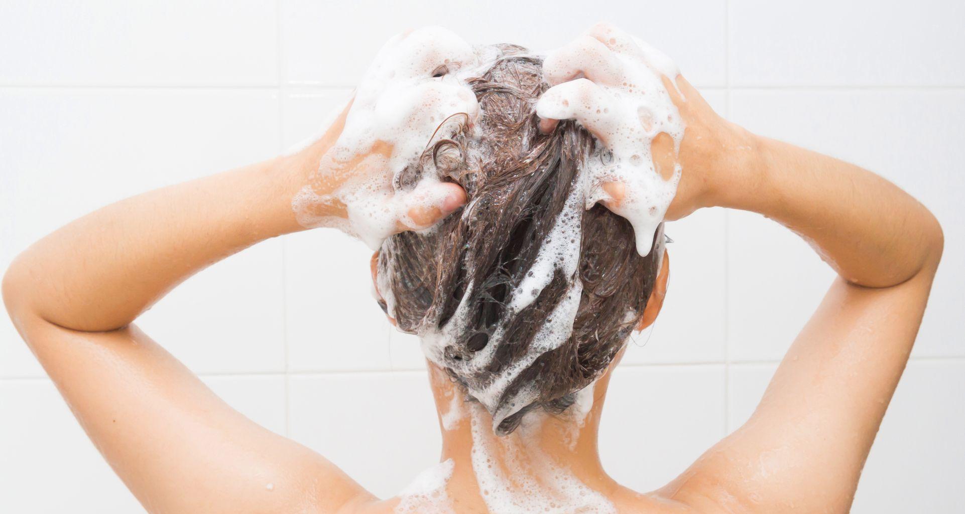 Massez doucement le shampoing sans alcool sur votre cuir chevelu pour éliminer les accumulations et nettoyer les racines.