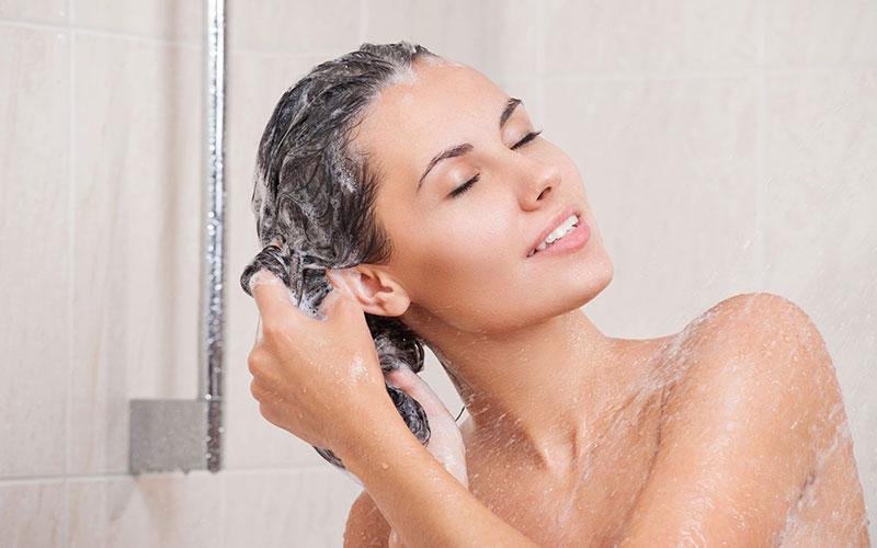 Éviter les cheveux cassants et secs avec un shampoing sans alcool