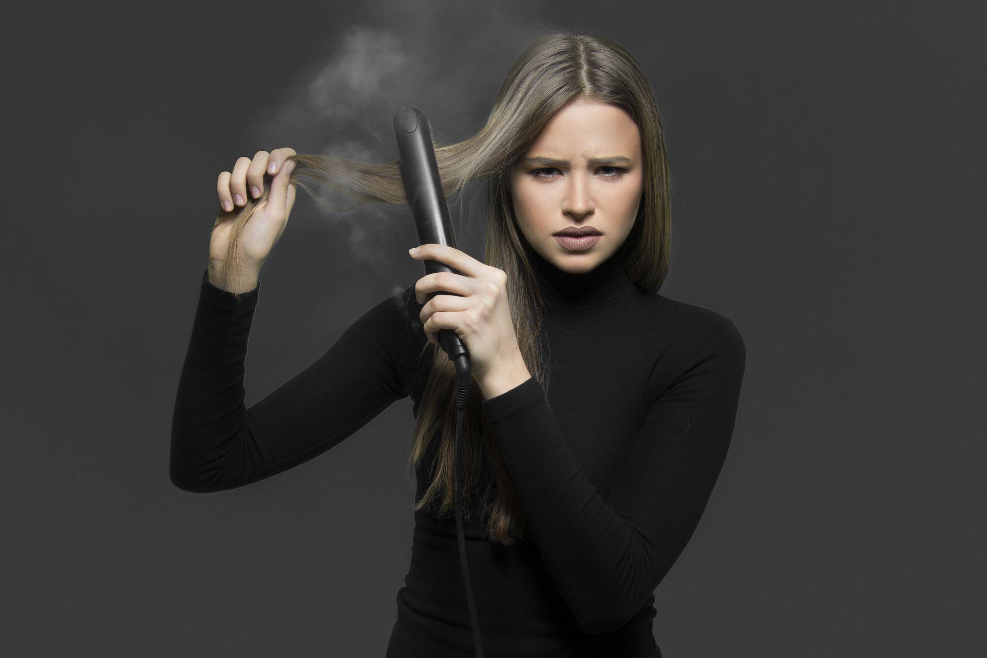 Le lissage avec chaleur affaiblit le cheveux qui présente une texture différente, souvent rugueuse et rêche.